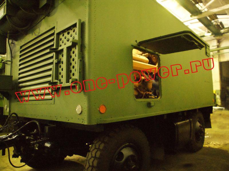 Люк для обслуживания на дизельной передвижной электростанции